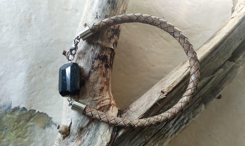 830. Мъжка гривна от естествена кожа (5мм) с плочка шерл черен турмалин; стоманени елементи.