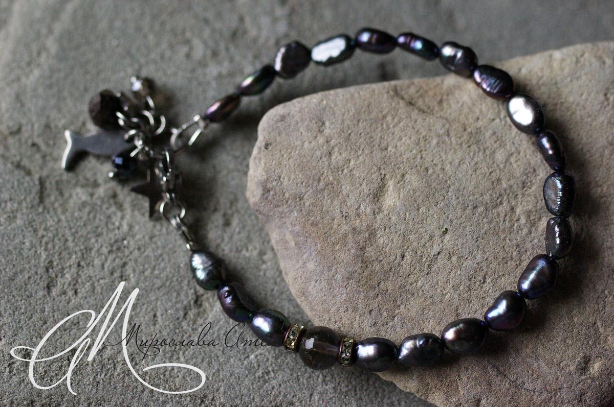 788. Култивирани естествени перли и иолит (6мм), стоманени елементи, закопчалка.